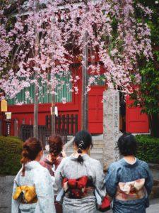 Trois femmes portant un yukata